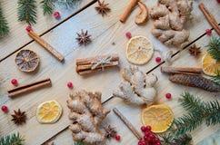 被仔细考虑的酒或圣诞节面包店桔子的,茴香,小豆蔻,桂香,姜,新鲜的红色莓果传统搽粉的香料 免版税库存图片