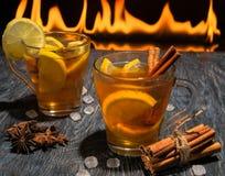 被仔细考虑的酒用柠檬桂香 库存图片