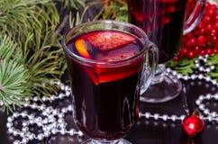 被仔细考虑的酒用桂香和桔子 免版税库存图片