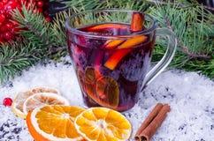 被仔细考虑的酒用桂香和桔子 免版税图库摄影