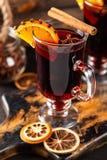 被仔细考虑的酒用香料和桔子 免版税库存照片