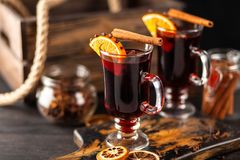 被仔细考虑的酒用香料和桔子 库存照片