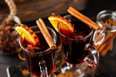 被仔细考虑的酒用香料和桔子 库存图片