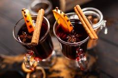 被仔细考虑的酒用香料和桔子 免版税库存图片