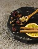 被仔细考虑的酒的干成份香料在木板 免版税库存图片