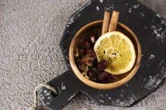 被仔细考虑的酒的干成份香料在木碗 图库摄影