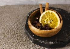 被仔细考虑的酒的干成份香料在木碗 免版税图库摄影