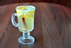 被仔细考虑的酒,柠檬,桂香 库存图片