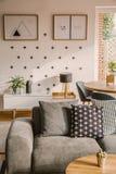 被仿造的现代客厅内部 图库摄影