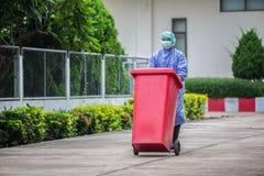 被传染的人到垃圾里,垃圾传染在医院 免版税库存图片