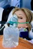 被伤害的屏蔽氧气妇女 库存照片