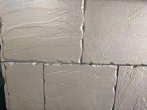 被佩带的白色墙壁砖土坎 免版税库存图片