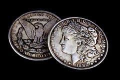 被佩带的老1881和1882美元 图库摄影