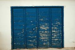 被佩带的蓝色木门 免版税库存照片