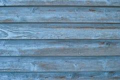 被佩带的蓝色董事会房屋板壁 免版税库存照片