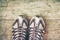 被佩带的运动鞋 库存图片