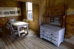 被保存的米勒房子ivingroom在鬼城Bodie,加州 免版税库存照片