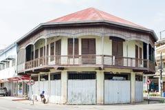 被保存的老混杂的具体和木shophouse在街市Nakhon帕侬,泰国 免版税库存图片
