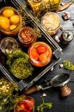 被保存的菜和蘑菇在一个箱子有缝合的 库存照片