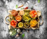 被保存的菜用在一个老盘子的蘑菇 库存图片