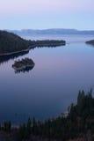 被保护的小海湾鲜绿色海湾Fannette海岛太浩湖 免版税库存照片