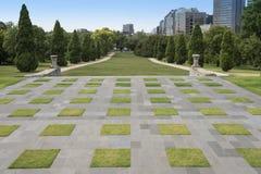 被修剪的草坪,记忆寺庙,墨尔本,澳大利亚 库存照片
