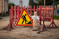 被修理的路的小男孩 免版税图库摄影
