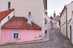 被修补的小山的底部的一个桃红色壁角房子在诺维Svet 库存图片