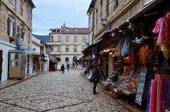 被修补的旅游街道在中世纪莫斯塔尔镇波黑 库存照片