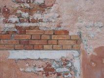 被修补的老砖墙 库存照片