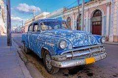 被修补的老美国汽车在西恩富戈斯,古巴 免版税库存图片
