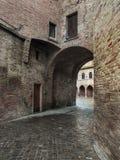 被修补的街道和隧道在一个雨天2 库存照片