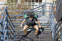 被修造的年轻运动员 腿的锻炼 免版税库存图片