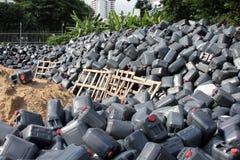 被倾销的塑料五加仑装之汽油罐 库存照片