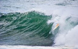 被倾销的海浪冲浪板通知 免版税图库摄影