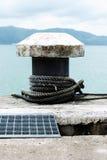 绳索被停泊对码头 库存图片