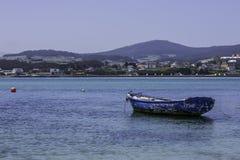 被停泊的一条老蓝色小船 免版税库存照片