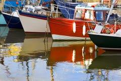 被停泊的五颜六色的小船线路  免版税库存照片
