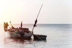 被停泊的单桅三角帆船渔船 库存照片