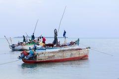 被停泊的单桅三角帆船渔船 库存图片