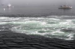 被停泊的小船和搅拌的水 库存照片