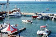 被停泊的小船和游船在海驻地在阿纳帕 免版税图库摄影