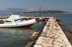 被停泊的小船在科孚岛 库存图片