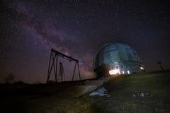 被停泊的晚上端口船视图 一个特别天体物理学的观测所和一台起重机以满天星斗的天空为背景 图库摄影