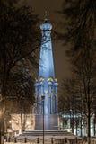 被停泊的晚上端口船视图 对战争的英雄的纪念碑1812在波洛茨克 免版税图库摄影