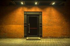 被停泊的晚上端口船视图 编译行业 在一个红砖大厦的大门 对仓库的入口 门面 库存照片