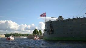 被停泊的极光巡洋舰在码头 慢的行动 1920x1080 充分的HD 股票录像