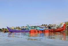 被停泊的死水小船五颜六色的捕鱼kochin 免版税库存照片