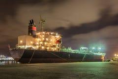 被停泊的油槽在与剧烈的多云天空的晚上,安特卫普,比利时港  免版税图库摄影