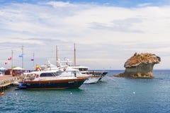 被停泊的游艇临近Il Fungo,坐骨 免版税库存图片